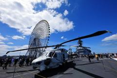 加賀の甲板に駐機するヘリと観覧車の見える風景