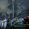 重機とコンベア、工場夜景