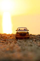 光の筋と黄色い車体