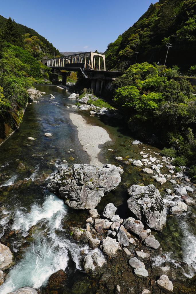 橋上の駅、遠景