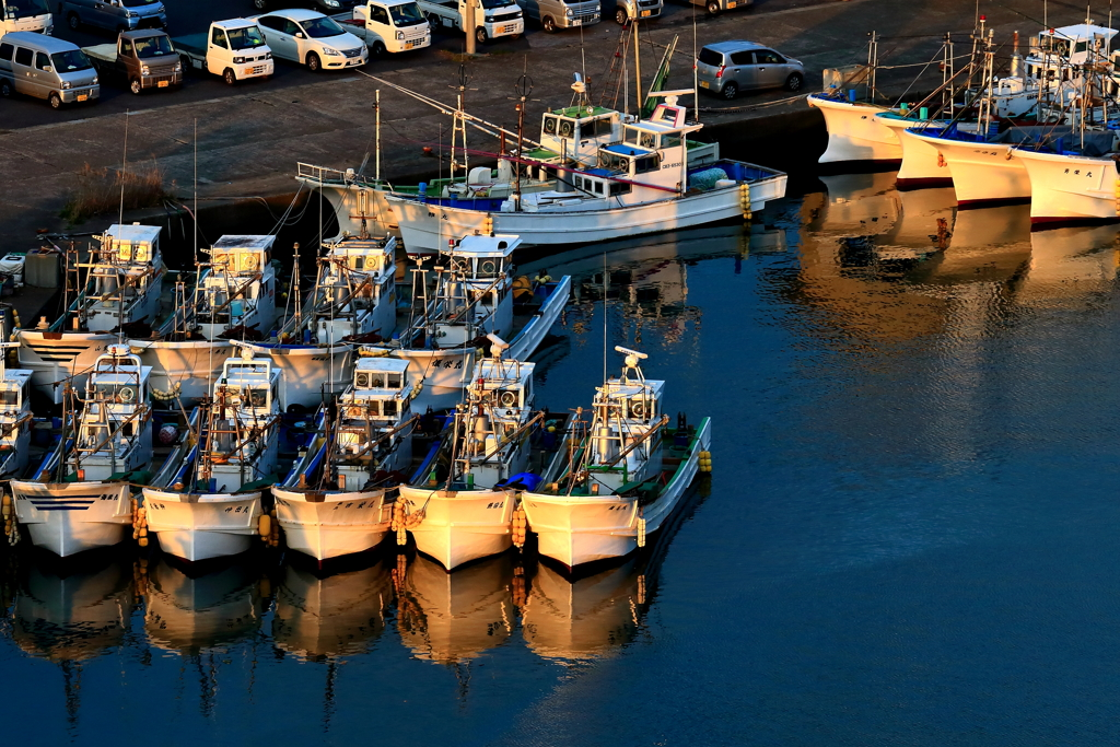 夜明けの漁港、