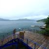雨の湖畔、