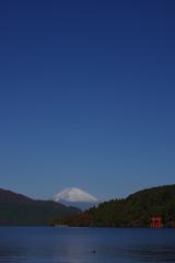 天高く富士の高嶺に雪がある
