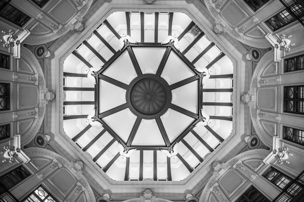 東京駅で見上げる天井