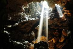 洞窟の光芒