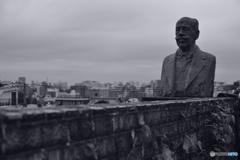 屋上庭園のウォーナー博士像