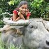 水牛に乗る少女
