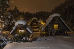 綿帽子の茅葺屋根(白川郷の冬景色)