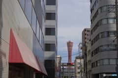 ビルの谷間から見える神戸ポートタワー