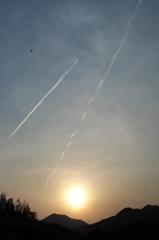 夕暮れ燕と飛行機雲