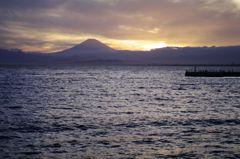 海辺から望む赤き富士
