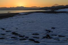 残り雪の浜 Ⅱ