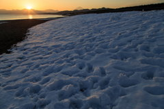 残り雪の浜Ⅰ