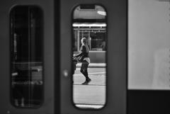 電車のドア越し