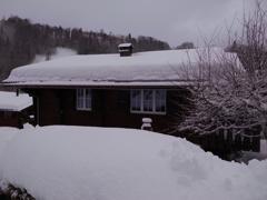 雪に埋もれた家