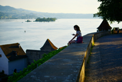 湖と女性とスマホ