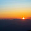 夕日の沈む山