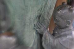 小さな女の子の像(レンズベビー、plastic optic)