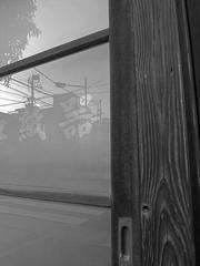 ガラス戸に映る下町