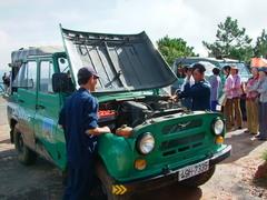 展望台の専属ジープが観光客を乗せて登ります(Đà Lạt)