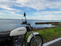 HONDA CB223S at lakeside