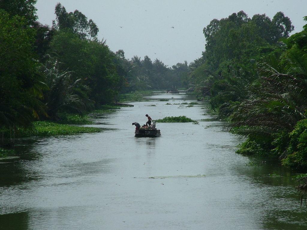 運河を行くボート