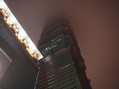 雲に隠れる高層ビル