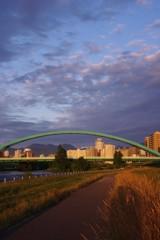 朝に焼ける橋