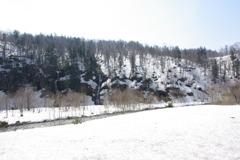 雪解けの川と滝