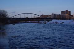 雪解け川の夕暮れ