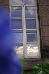 朝の雲と窓