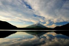 朝日を浴びる富士