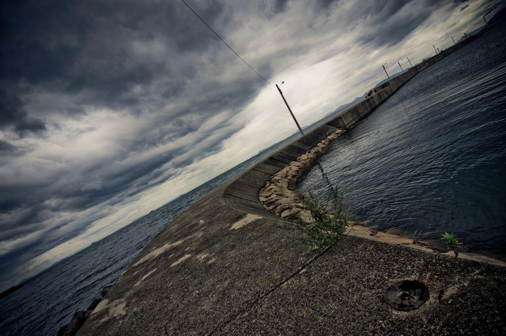 荒れる海へ