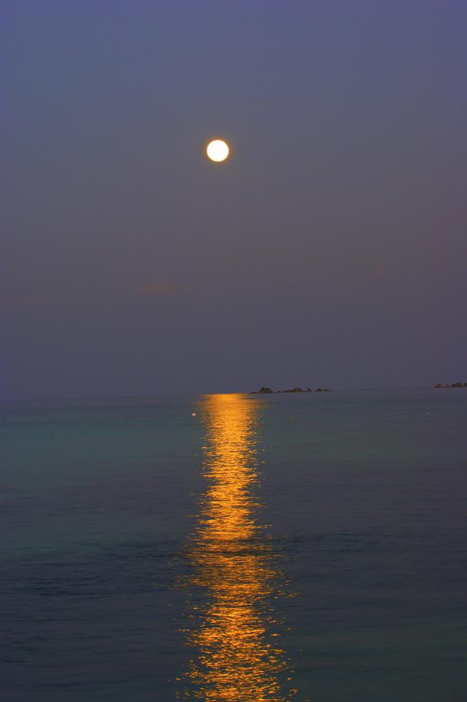 神ノ島に月が昇る
