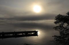 靄漂う湖面