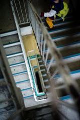 階段ぐるぐる下りてこ