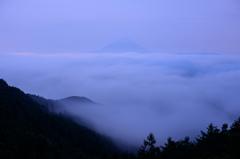 三日月浮かぶ雲の上