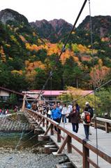 上高地 河童橋と紅葉の六百山