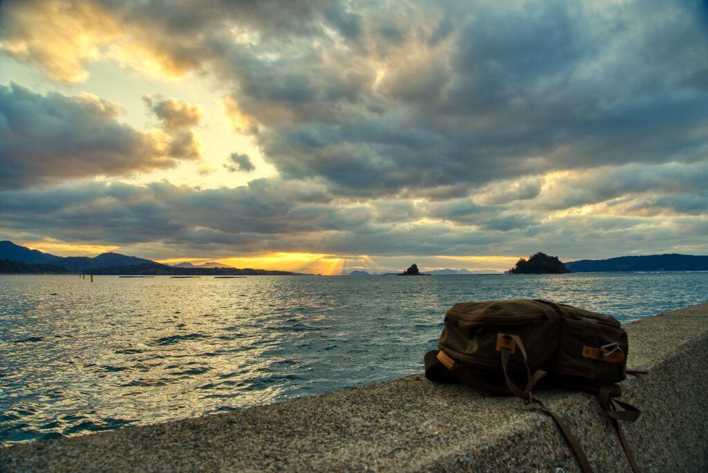 奈古港の夕景とリュック