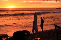 光り輝く島のサーファーたち