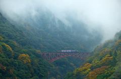 渓谷を渡るトロッコ列車