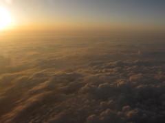 雲海に陽が沈む