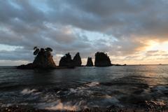 夕刻の岩海岸