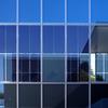 窓に写る青空