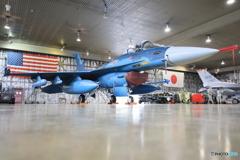 星条旗をバックにF-2