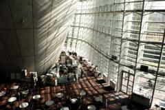 心地よい曲線美・国立新美術館