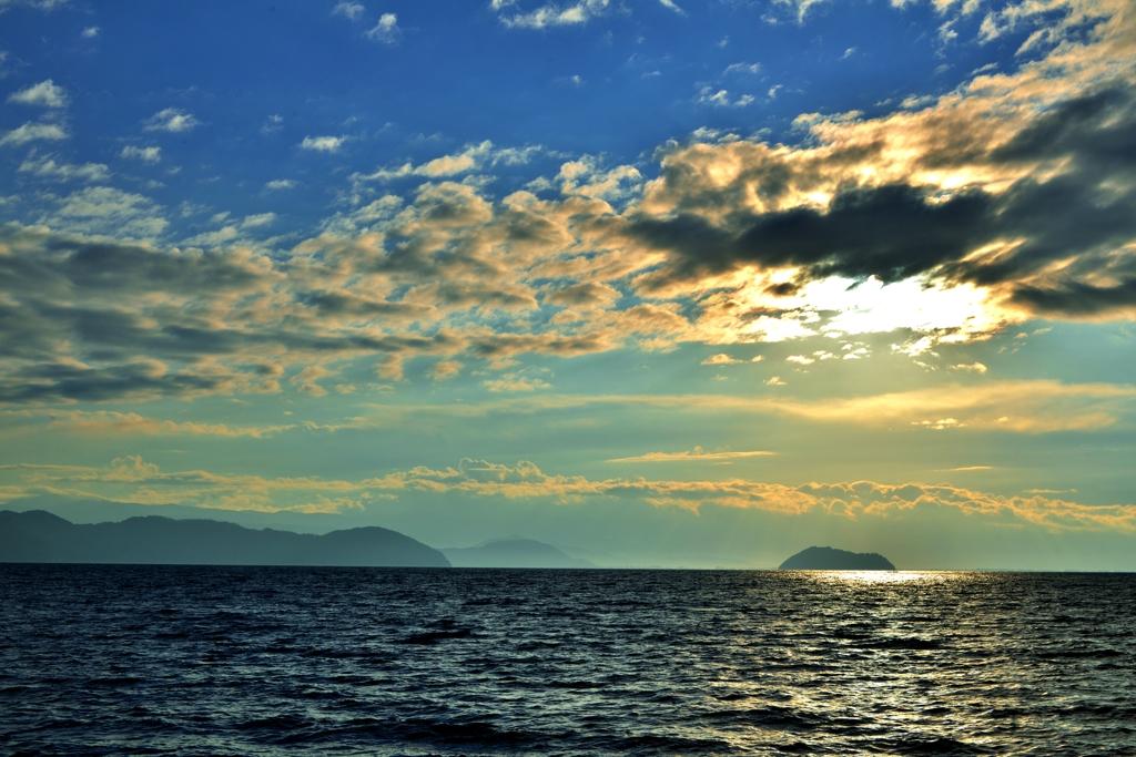たなびく雲の琵琶湖朝景