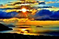 雲間の朝日