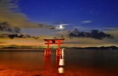 湖上の夜明け月