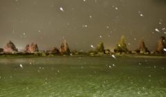 春の雪景色・橋杭岩